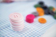 Крупный план на кнопках на столе стоковые фото