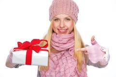 Крупный план на коробке подарка на рождество в руке усмехаясь девушки Стоковое фото RF