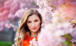 Крупный план на красивой молодой даме имея потеху ослабляя Стоковое Фото