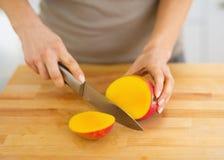 Крупный план на мангое вырезывания женщины Стоковые Изображения