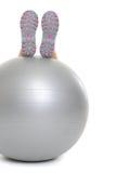 Крупный план на ногах женщины на шарике фитнеса Стоковая Фотография