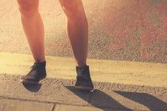 Крупный план на ногах молодой женщины в улице Стоковая Фотография