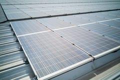 Крупный план на панелях солнечных батарей на крыше производит электричество стоковое фото rf