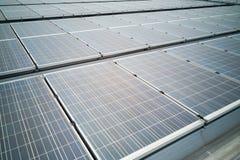Крупный план на панелях солнечных батарей на крыше производит электричество стоковые изображения