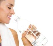 Крупный план на питьевой воде молодой женщины фитнеса Стоковое Изображение