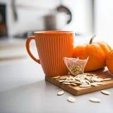 Крупный план на семенах и пакетике чая тыкв на таблице стоковое изображение rf