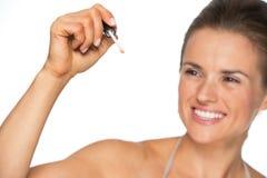 Крупный план на сочинительстве женщины с лоском губы в воздухе Стоковое Фото