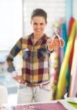 Крупный план на счастливой женщине портноя показывая ножницы Стоковое Изображение