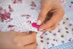 Крупный план на шить женщины dressmaker стоковые фотографии rf