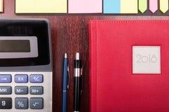Крупный план дневника, калькулятора и канцелярские товаров дела Стоковые Изображения RF