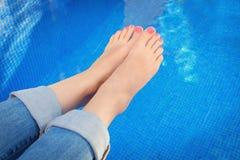 Крупный план ног женщины бассейном Стоковая Фотография