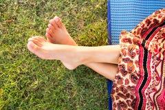 Крупный план ног женщины девушки ослабляя Стоковое Фото