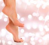 Крупный план ног женщины на абстрактной предпосылке Стоковая Фотография
