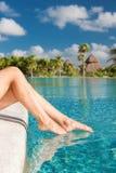 Крупный план ног женщины на бассейне Стоковое Изображение
