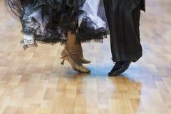Крупный план ног профессиональных пар танца выполняя евро Стоковые Изображения