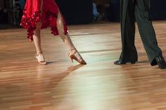 Крупный план ног 2 профессиональных танцоров выполняя латынь - Am Стоковые Изображения
