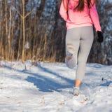 Крупный план ног ` s женщины, идя внутри для спорт Стоковое Фото
