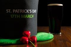 Крупный план дня St. Patrick с пинтой черных пива, шляпы и sha Стоковая Фотография RF