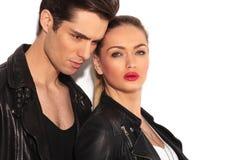Крупный план обнятой молодой пары в кожаных куртках Стоковые Фото