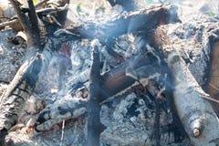 Крупный план огня тлеющие угли и золы Стоковые Фотографии RF