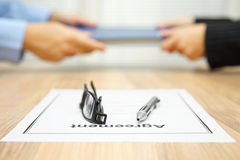 Крупный план документа согласования при коммерсантка проходя папку Стоковое Изображение