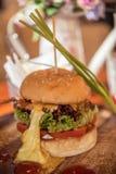 Крупный план домашнего сделанного бургера Стоковая Фотография RF