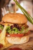 Крупный план домашнего сделанного бургера Стоковые Фото