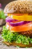 Крупный план домодельного бургера сделанный от свежих овощей Стоковое Фото