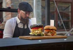 Крупный план домодельного гамбургера с свежими овощами Стоковые Фото