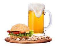 Крупный план домодельных бургера и пива Стоковое фото RF