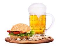 Крупный план домодельных бургера и пива Стоковое Изображение RF