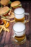 Крупный план домодельных бургеров и пива Стоковая Фотография