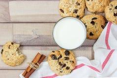 Крупный план домодельных печений шоколада мам с специями и стеклом молока Стоковая Фотография RF