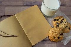 Крупный план домодельных печений шоколада мам с стеклом молока и тетради года сбора винограда Стоковые Изображения
