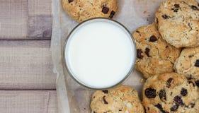 Крупный план домодельных печений шоколада мам с стеклом молока Стоковое Изображение