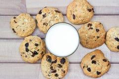 Крупный план домодельных печений шоколада мам с стеклом молока Стоковые Изображения RF
