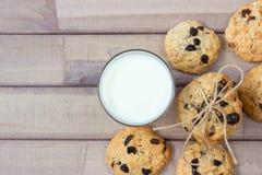 Крупный план домодельных печений шоколада мам с стеклом молока Стоковые Фотографии RF