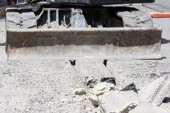 Крупный план лопаткоулавливателя ` s Buldozer в строительной площадке Стоковое Фото