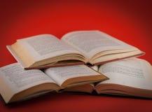 Крупный план открытых книг на покрашенной предпосылке Стоковое Фото