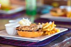 Крупный план очень вкусного свежего бургера с сыром и беконом стоковое изображение rf