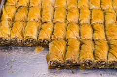Крупный план очень вкусной традиционной турецкой бахлавы десерта с грецким орехом Стоковая Фотография