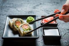 Крупный план очень вкусных суш с wasabi и соевым соусом Стоковые Фото