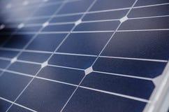 Крупный план панели солнечных батарей в зоне горы Стоковое фото RF