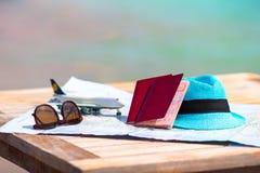 Крупный план пасспортов, самолет игрушки, солнечные очки дальше Стоковое Фото