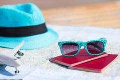 Крупный план пасспортов, самолет игрушки, солнечные очки дальше Стоковая Фотография