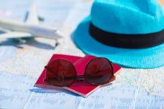 Крупный план пасспортов, самолет игрушки, солнечные очки дальше Стоковая Фотография RF