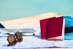 Крупный план пасспортов, самолет игрушки, солнечные очки дальше Стоковые Изображения RF