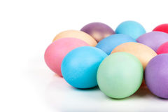 Крупный план пасхальных яя на белизне Стоковые Фотографии RF