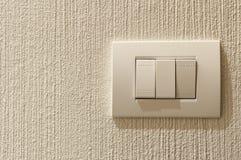 Крупный план переключателя освещения на конкретной стене текстуры Стоковые Фото