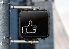 Крупный план пешеходного перехода знака показывая большие пальцы руки вверх Стоковое Фото